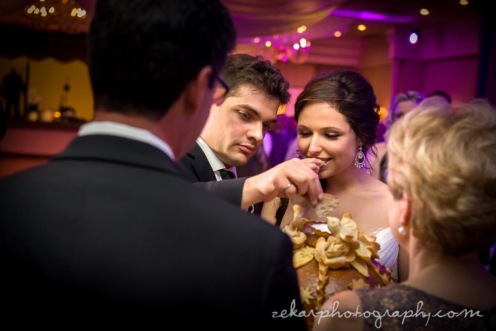 couple eating korovai