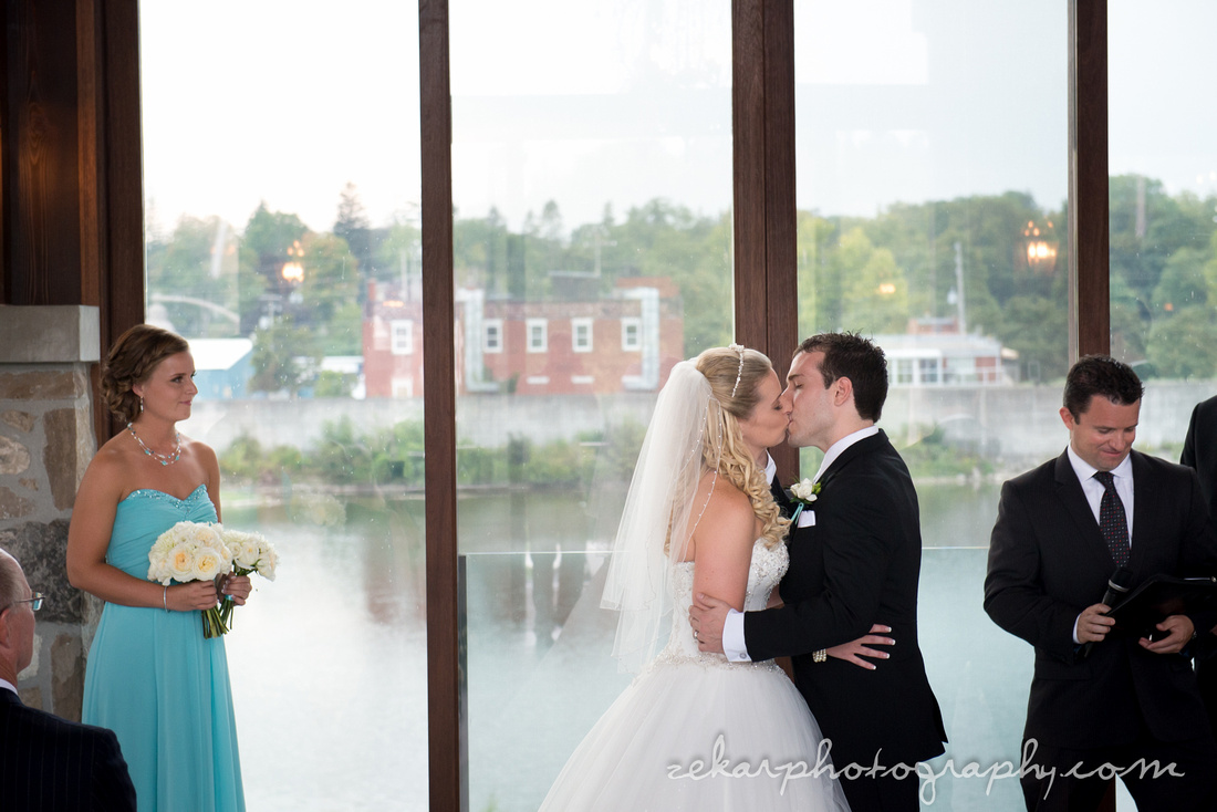 bride and grooming kissing